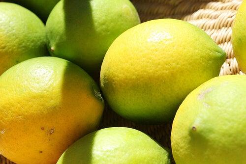 świeże cytryny - jak sprzątać dom sokiem z cytryny?