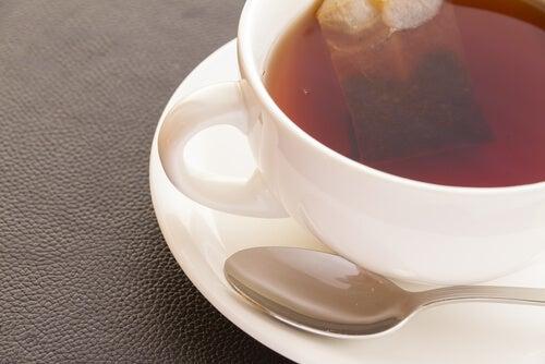 Czarna herbata w filiżance