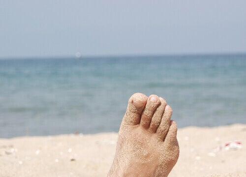 Piasek przykleił się do stóp na plaży