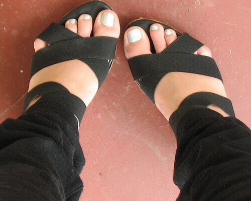stopy w czarnych sandałach
