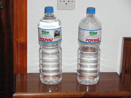 Dwie butelki wody mineralnej