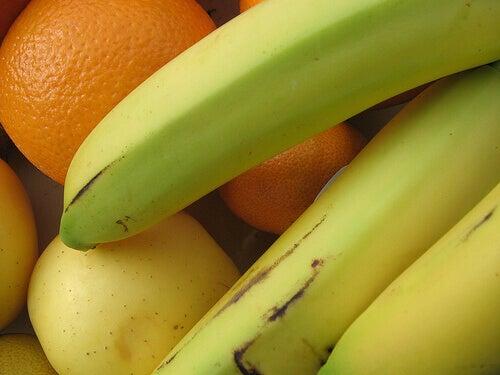 owoce banany i mandarynki