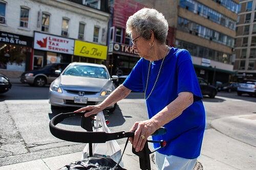 Starsza kobieta z chodzikiem
