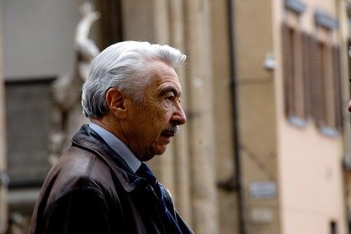 Mężczyzna z siwymi włosami