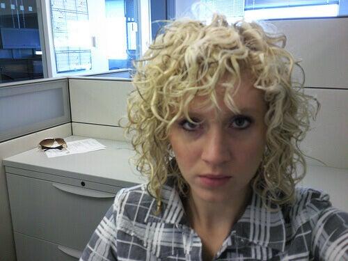 Kobieta z lokami - modne fryzury