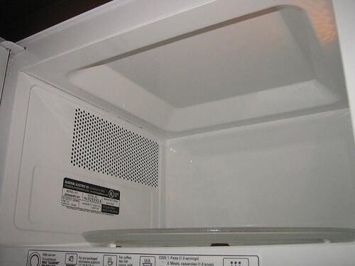 Wnętrze kuchenki mikrofalowej
