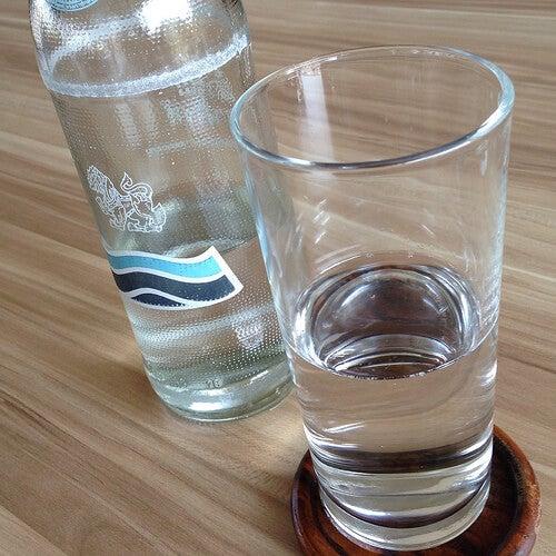 Woda mineralna w szklance