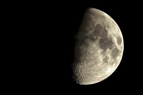 Widoczna połowa Księżyca