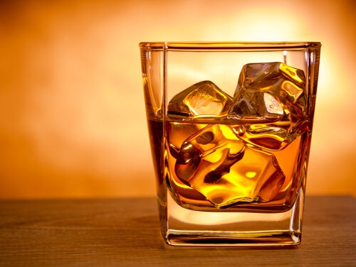 Alkohol wzmaga hemoroidy - szklanka whiskey