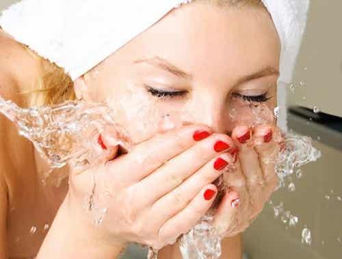 Oczyszczanie twarzy przed snem