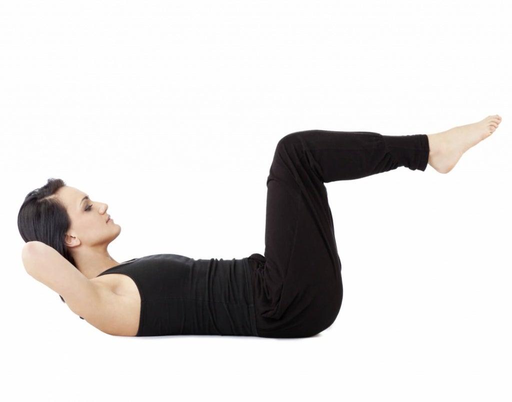 Kobieta wykonuje ćwiczenia przeciwko żylakom