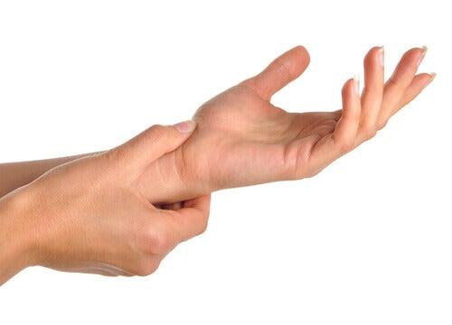 Ból dłoni i nadgarstków — przyczyny