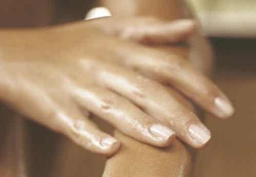 Dlaczego palce puchną? Najczęstsze przyczyny