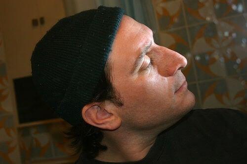 Mężczyzna w czarnej czapce