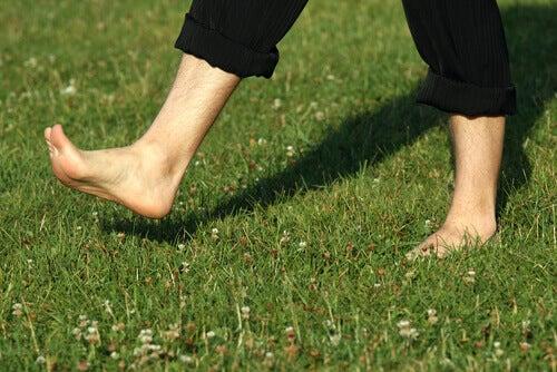 chodzenie boso po trawie