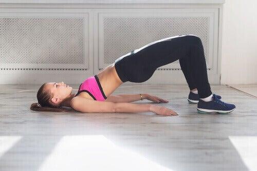 Kobieta ćwiczy unoszenie bioder