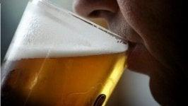 Mężczyzna pije piwo