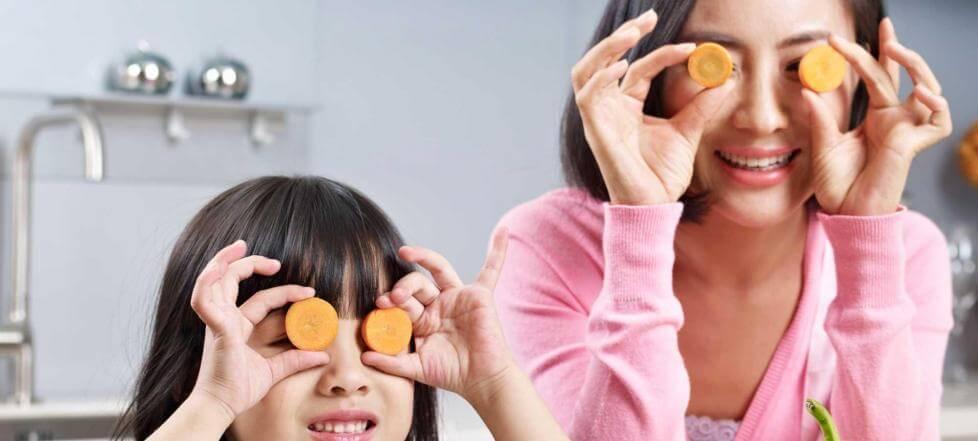 Matka z dzieckiem ćwiczą wzrok