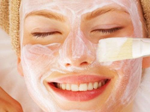 Domowe maseczki, które odświeżą skórę twarzy