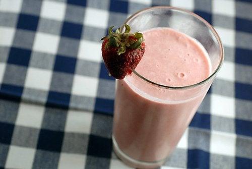 pożywne smoothie z truskawkami na obrusie w kratę vichy