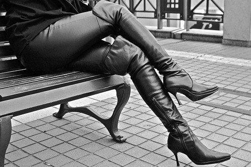 Nogi kobiety siedzącej na ławce