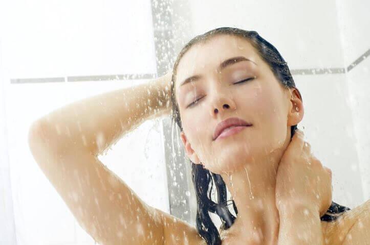 Mycie głowy pod prysznicem