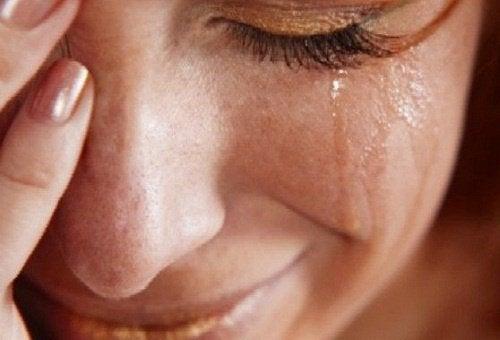 Płacząca kobieta - problemy emocjonalne a reumatyzm