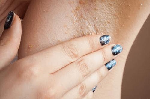 Peeling wybielający plamy pod pachami