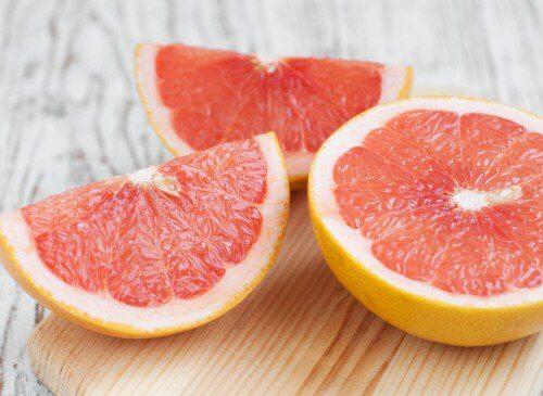 Świeży, czerwony grejpfrut i jego sok na pestycydy