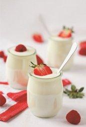 Jogurt ze świeżymi truskawkami