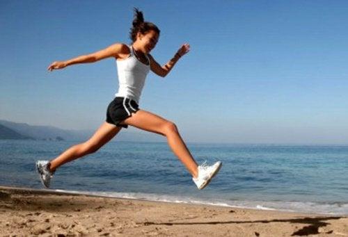 Szkodliwość tytoniu może spowodować gorsze wyniki w sporcie - kobieta biegnąca brzegiem morza