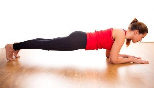 Kobieta wykonuje ćwiczenie plank