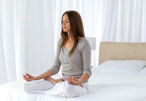 Kobieta medytuje na łóżku