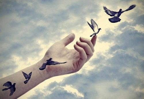 Ptaki wylatujące z ręki - symbol niezależności