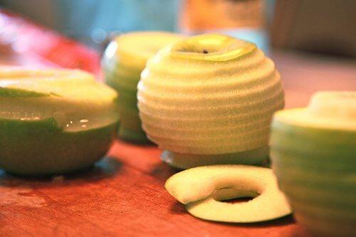 Dekoracyjnie obrane jabłko