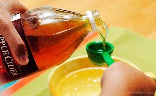 Ocet jabłkowy i soda oczyszczona na zakwaszenie