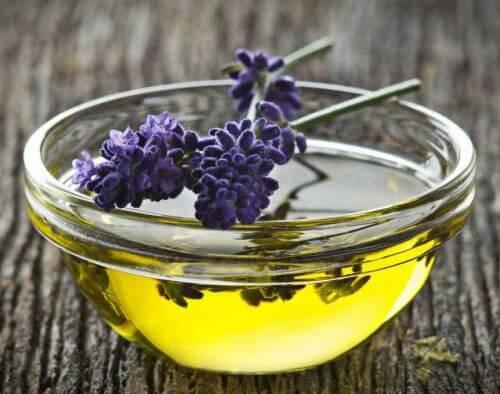 Olejek lawendowy neutralizuje nieprzyjemny zapach potu