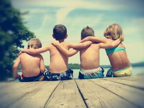 Dzieci w przyjacielskim uścisku