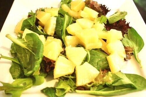 Sałatka ze szpinakiem i ananasem