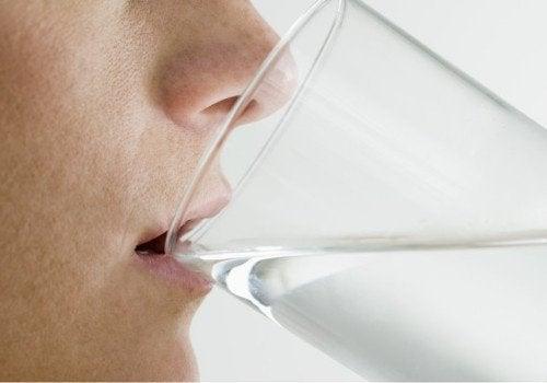 Szklanka wody na pusty żołądek