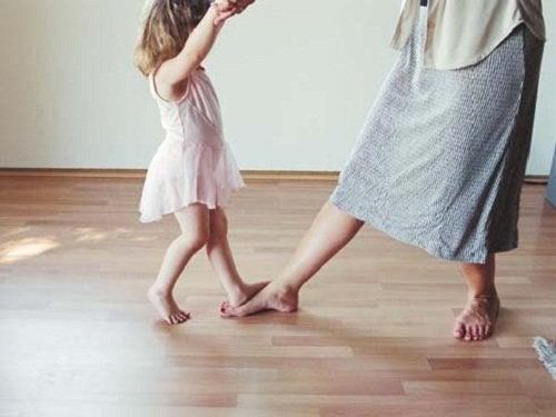 Nauka tańca dziewczynki z kobietą