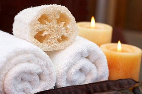 Gąbka, ręcznik i świece na odprężającą kąpiel