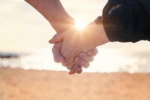 Para trzymająca sie za ręce