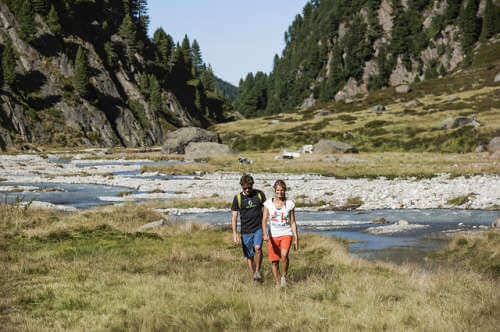 Para spacerująca na łonie natury