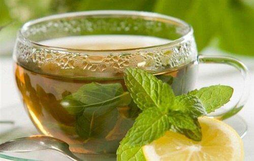 Filiżanka zielonej herbaty na ból