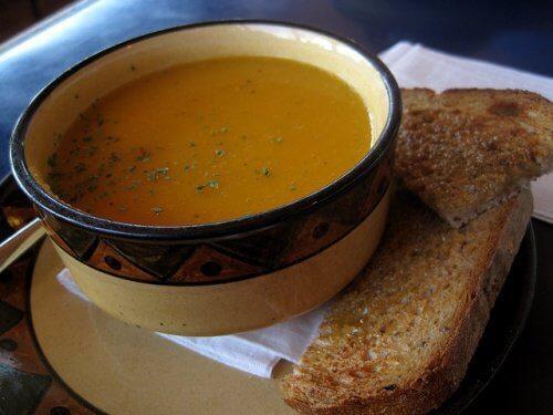 Zupa z marchwi z grzankami