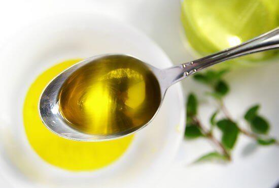 Oliwa z oliwek na łyżce