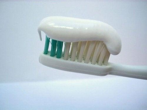 Pasta do zębów na szczoteczce