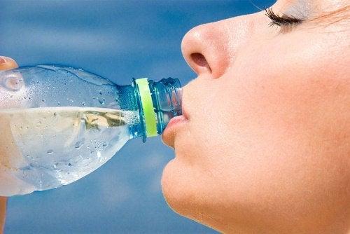 Picie wody z butelki