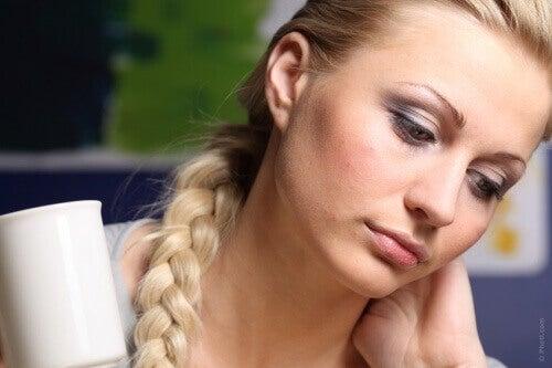 Smutna kobieta z kubkiem w ręku